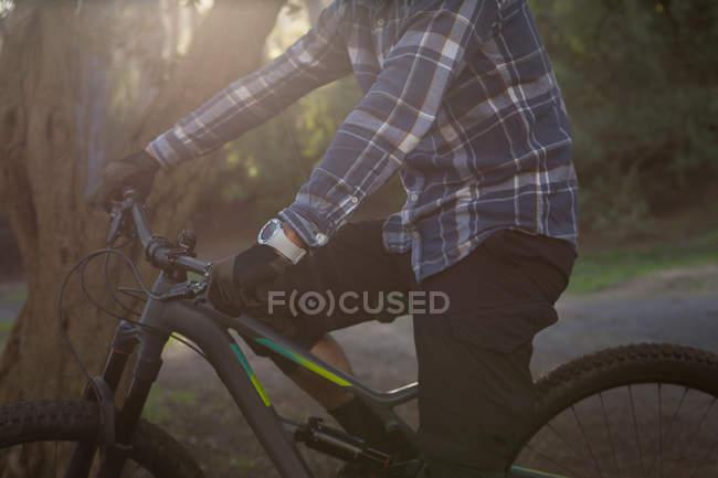 Розділ середині людина з велосипеда стоячи на Лейн — стокове фото