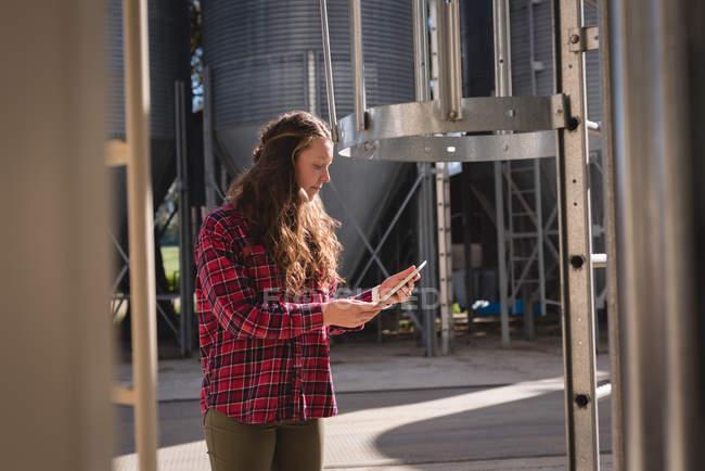 Schöne Arbeiterin mit digitalem Tablet in Biogasanlage — Stockfoto