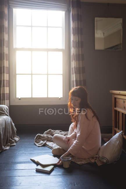 Frau Lesebuch zu Hause — Stockfoto