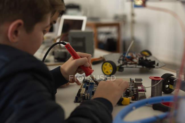 Attentif kid travaille sur un projet à l'Institut de formation — Photo de stock