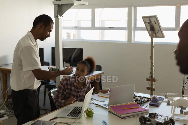 Male pilot training to the students in training institute — Stock Photo