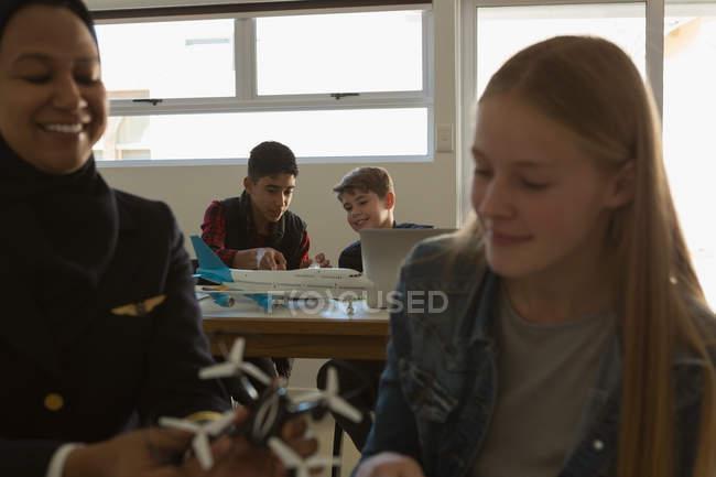 Femme pilote drone modèle enseigner aux étudiants en Institut de formation — Photo de stock