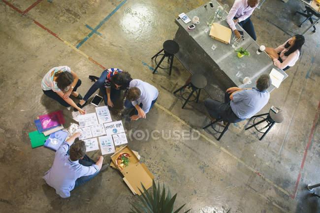 Les gens d'affaires discutent sur les documents au bureau — Photo de stock