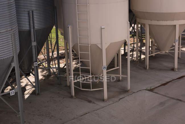 Biotreibstoffanlage an der Bio-Tankstelle an einem sonnigen Tag — Stockfoto