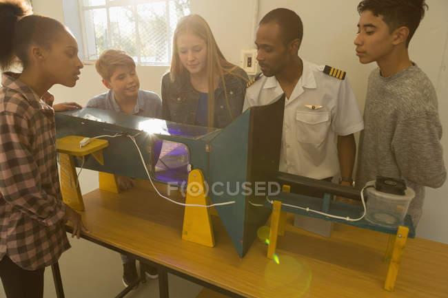 Pilote, un homme expliquant sur machine pour enfants à l'Institut de formation — Photo de stock