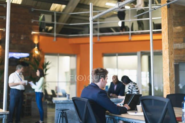 Uomini d'affari che lavorano insieme in ufficio — Foto stock