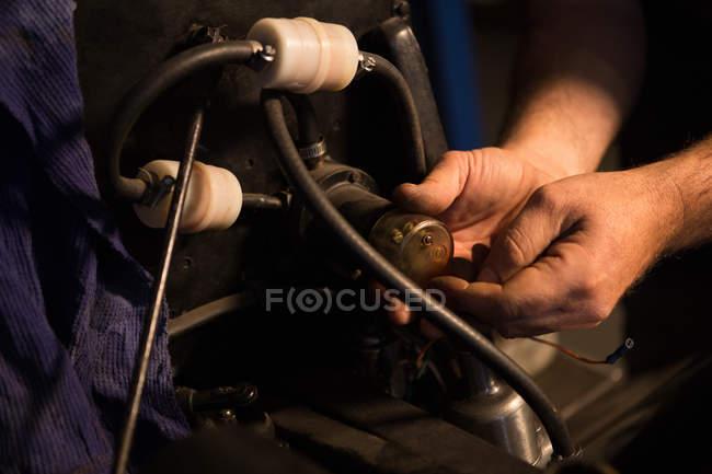 Männliche Mechaniker Wartung eines Autos in garage — Stockfoto