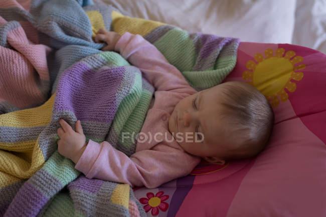 Bambino che si rilassa sul letto in camera da letto a casa — Foto stock