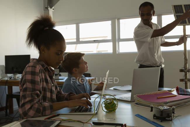Formation des pilotes sur panneau solaire aux étudiants en Institut de formation — Photo de stock