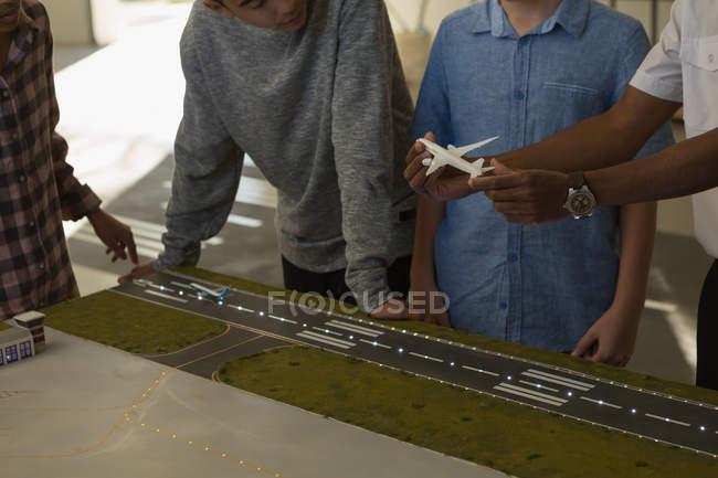 Section médiane de la formation de pilotes masculine sur modèle réduit d'avion — Photo de stock