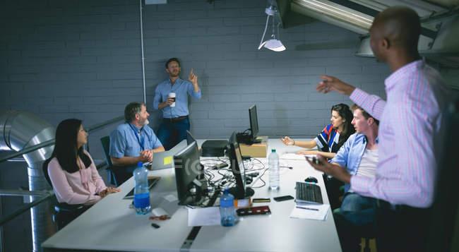 Ділові люди взаємодіють один з одним в офісі — стокове фото