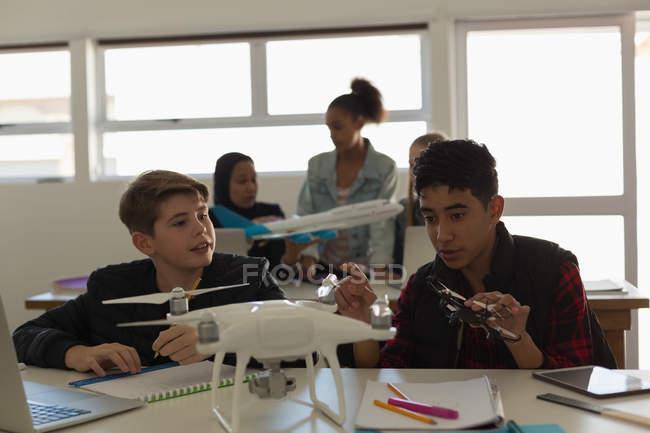 Étudiants de discuter ensemble au modèle avion en Institut de formation — Photo de stock
