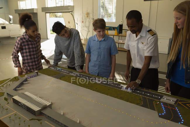 Formation des pilotes masculine sur modèle réduit d'avion en Institut de formation — Photo de stock