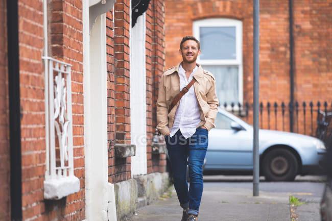 Uomo intelligente a piedi sul lato della città — Foto stock