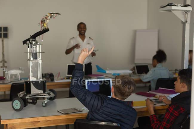 Étudiants demandant la requête pour le formateur en Institut de formation — Photo de stock