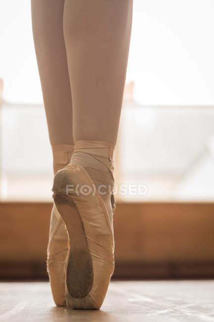 cfc64b826 Sección baja de bailarina bailando en el piso de madera en estudio ...