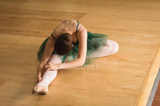 Балерина практикует балет в танцевальной студии — стоковое фото