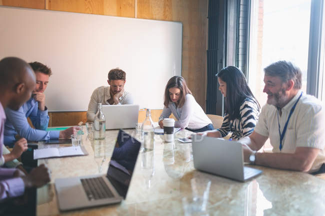 Ділових людей, що працюють в конференц-залі, в офісі — стокове фото