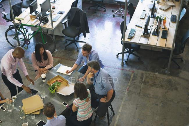 Uomini d'affari che discutono durante la riunione in ufficio — Foto stock