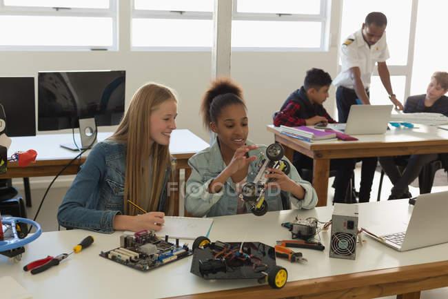 Les étudiants discutent sur le modèle de voiture en Institut de formation — Photo de stock