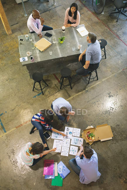 Les gens d'affaires discutent sur les documents — Photo de stock