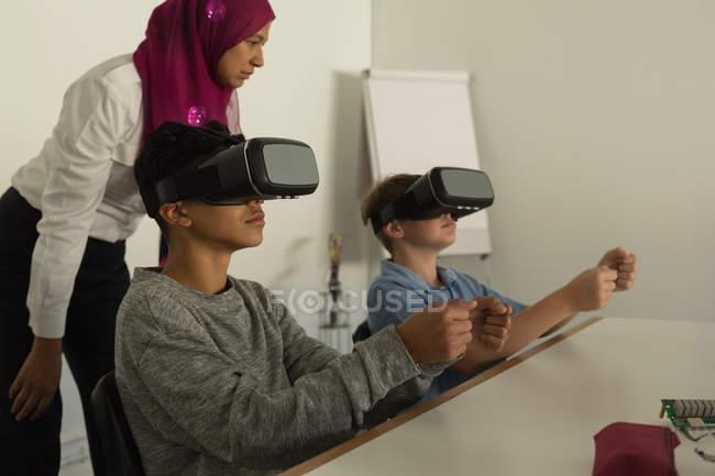 Pilotin, donner une formation sur le casque de réalité virtuelle aux étudiants en Institut de formation — Photo de stock