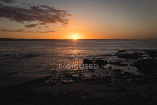 Belo pôr do sol na praia — Fotografia de Stock