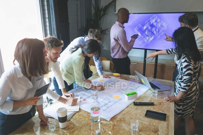 Ділових людей, які роблять підготовка до презентації в офісі — стокове фото