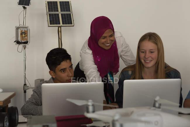 Femmes pilotes discutant sur portable en Institut de formation — Photo de stock