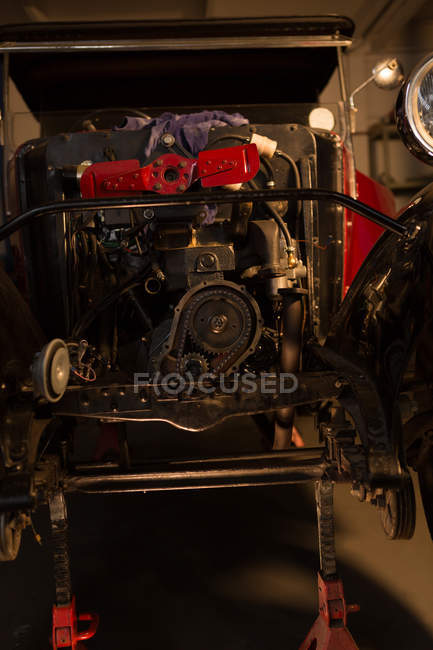 Primo piano del motore di un'auto d'epoca in garage — Foto stock