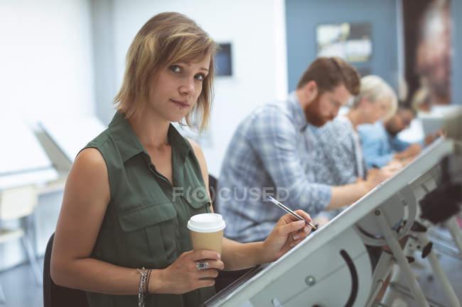 Ritratto di donna lavoro esecutivo sulla redazione tabella in ufficio — Foto stock