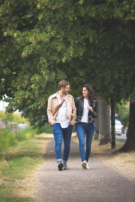 Couple romantique interagissant tout en marchant dans la rue — Photo de stock