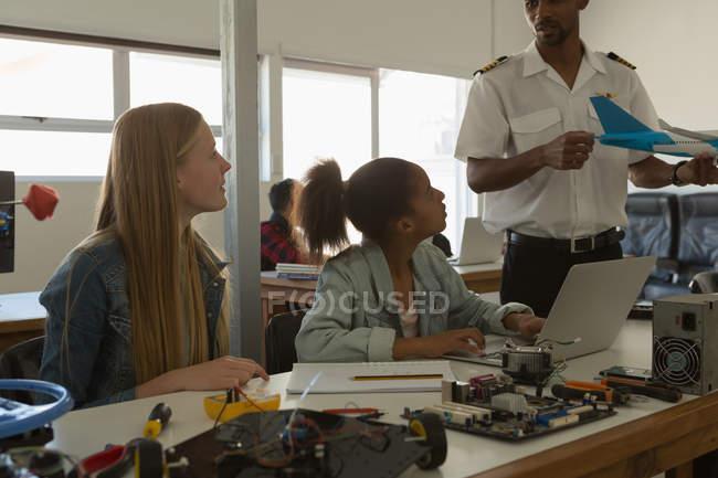 Donner une formation sur avion de modèle aux élèves de l'Institut de formation de pilote — Photo de stock