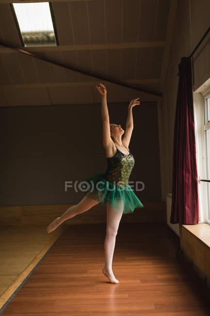 89cadafd7 Posición de ballet bailarina hermosa práctica arabesque en estudio ...
