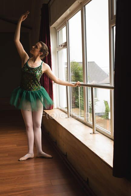 Bailarina praticando dança de balé no estúdio de dança — Fotografia de Stock