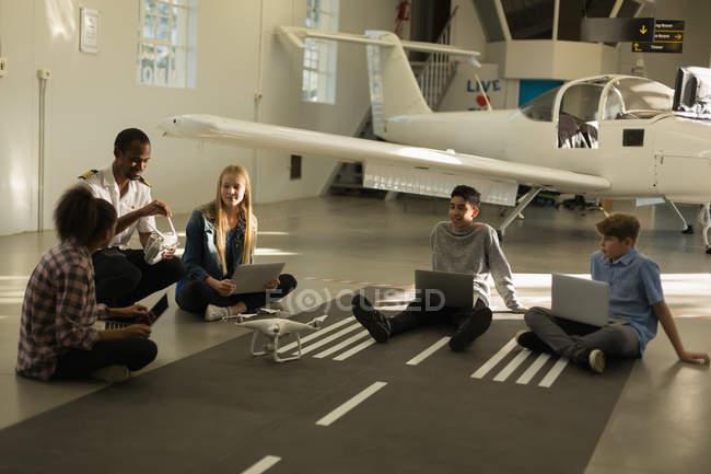 Enfants de la formation des pilotes masculins en Institut de formation — Photo de stock