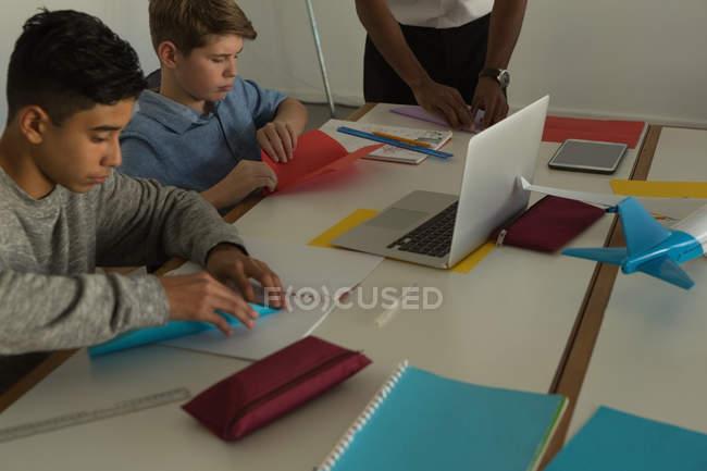 Enfants faire avion en papier avec du papier craft en Institut de formation — Photo de stock