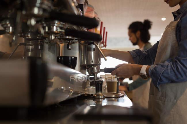 Розділ середині приготування кави на каву-машиною в кафе офіціанткою — стокове фото