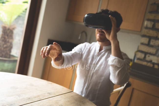 Man using virtual reality headset at home — Stock Photo