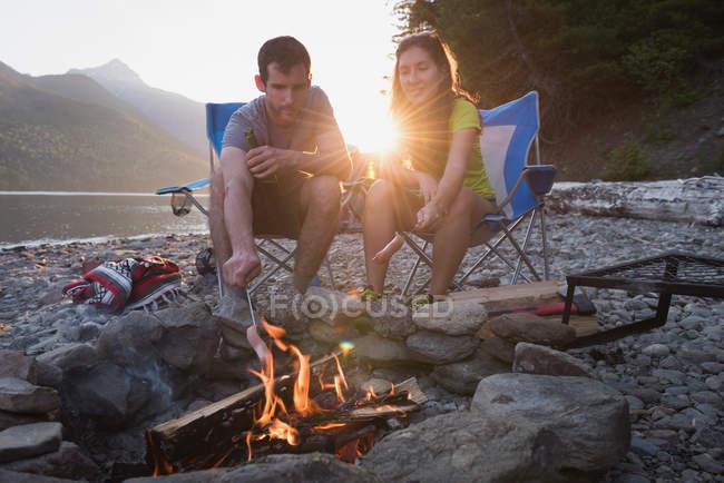 Пара випалу хот-дог на вогнищі в горах — стокове фото