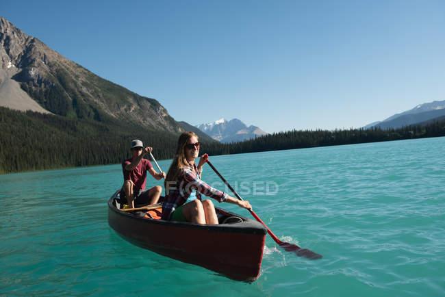 Promenade en barque sur la rivière dans les montagnes de couple — Photo de stock