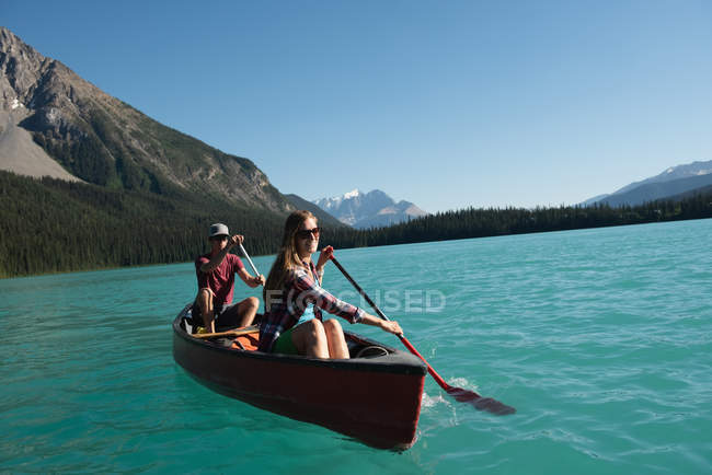 Couple boating on river in mountains — Stock Photo