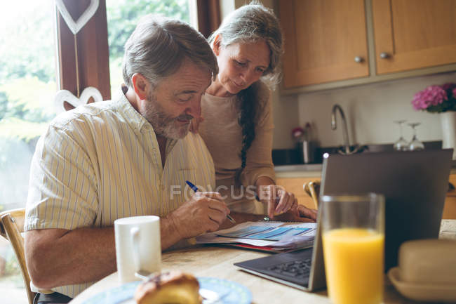 Älteres Paar Prüfung Rechnung zu Hause — Stockfoto