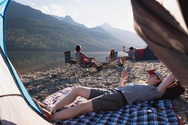 Mann benutzt Handy in den Bergen — Stockfoto