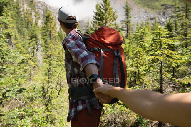 Couple holding hands on a sunny day — Stock Photo
