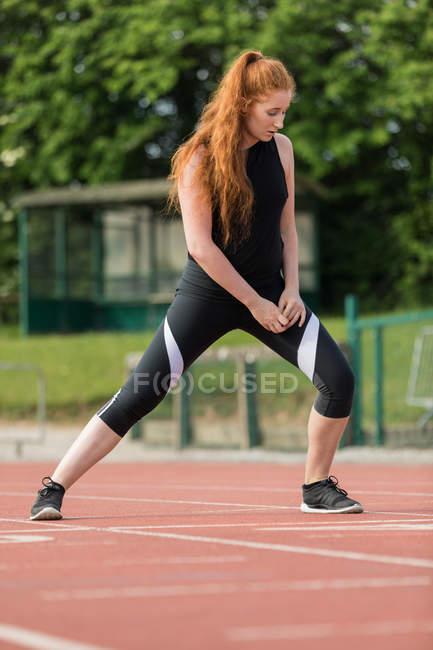Молода жінка спортивні тренування бігова доріжка — стокове фото
