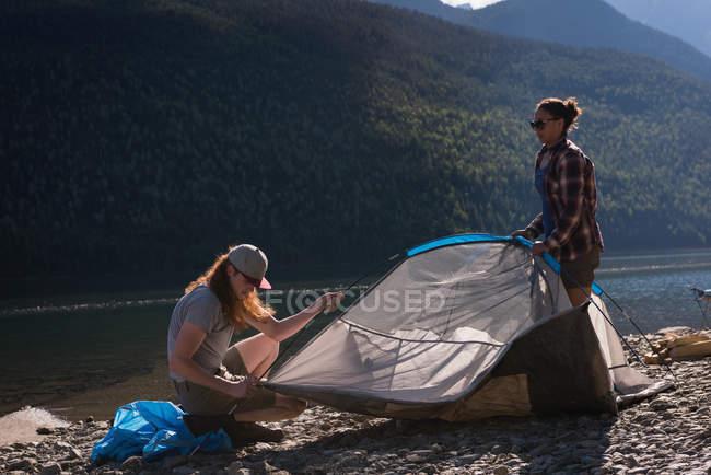 Paar Zelt in der Nähe von riverside in Bergen — Stockfoto