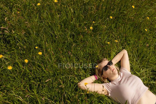 Молода жінка розслаблюючим у сфері — стокове фото