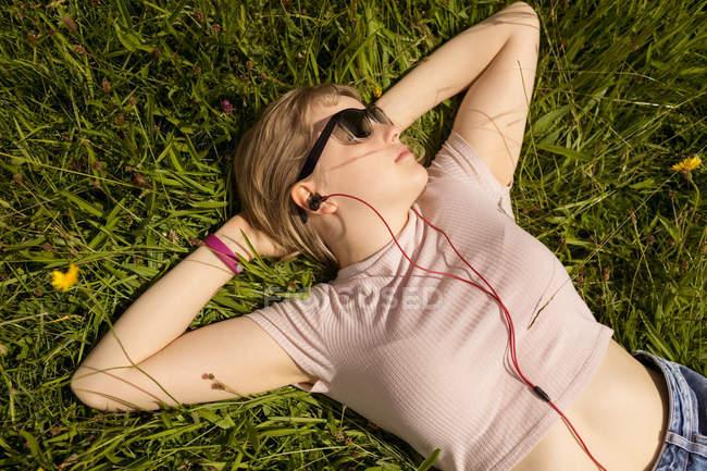 Giovane donna rilassante sul campo — Foto stock