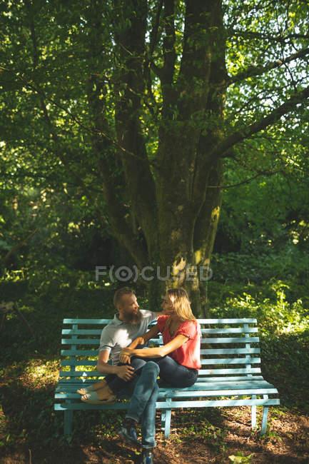 Paar entspannt sich an einem sonnigen Tag im Park — Stockfoto